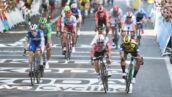 Tour de France 2019 : en plein sprint, un coureur donne un coup de casque dans le portable d'un spectateur (VIDEO)