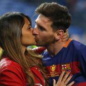 Lionel Messi pose sur une plage de rêve avec sa femme : la star du Barça a des abdos en béton ! (PHOTOS)
