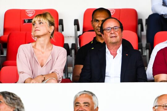 François Hollande et Julie Gayet en amoureux dans les tribunes d'un stade de Ligue 1 (PHOTO)