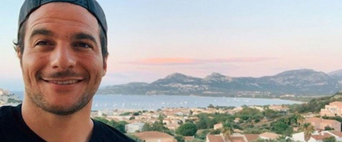 En vacances, Amir affiche des abdos en béton (PHOTO)