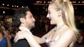 Game of Thrones : les adorables retrouvailles entre Kit Harington et Sophie Turner aux Emmy Awards (VIDEO)