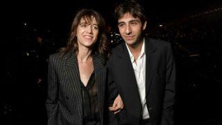 Charlotte Gainsbourg : toute en transparence, elle pose avec son fils Ben Attal au défilé Saint Laurent (PHOTOS)