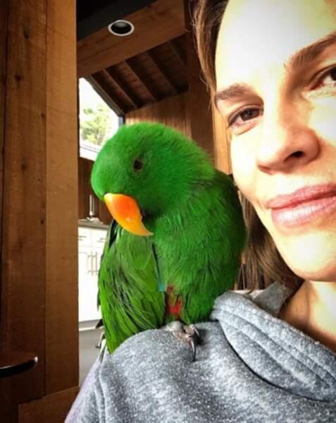 Aussi cute qu'Hilary Swank et son ami à plumes.