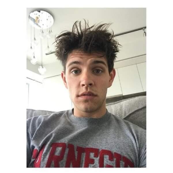 Les cheveux de Casey Cott de Riverdale vivent leur propre vie en toute indépendance.