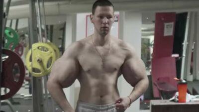 """Le """"Popeye russe"""" aux bras incroyablement difformes s'essaye au MMA... et c'est un échec ! (VIDEO)"""