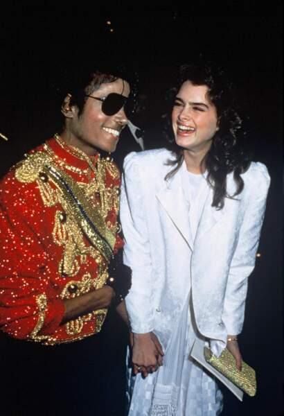 Michael en Monsieur Loyal, lunettes de soleil sur le nez, en 1984