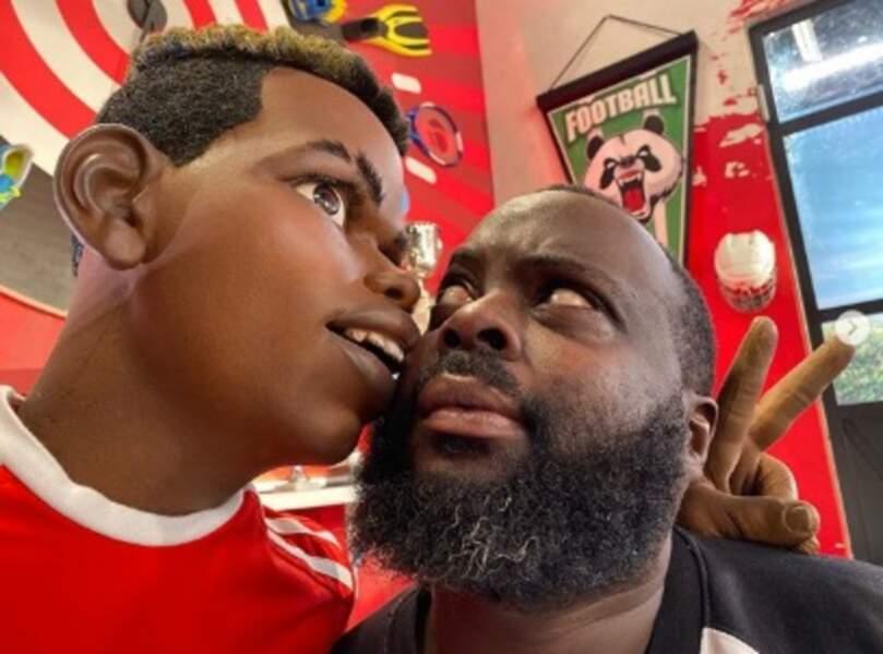 Issa Doumbia a posé avec la marionnette de Paul Pogba dans les Minikeums, dont il fait la voix.