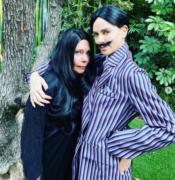 Charlize Theron porte la moustache à côté de sa mère, déguisée en Morticia