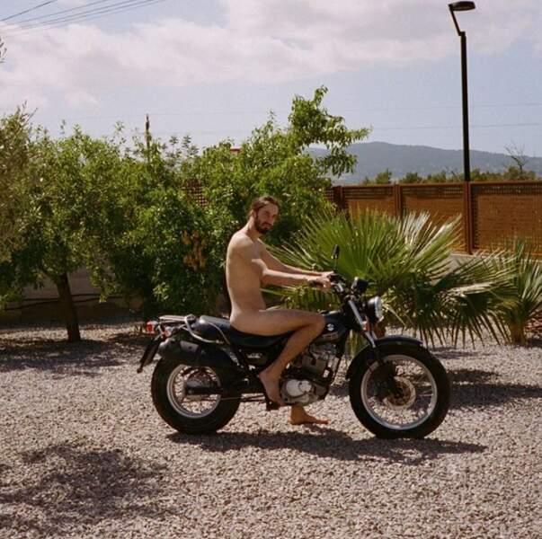 Et nous vous rappelons que ceci n'est pas du tout une tenue homologuée pour faire de la bicyclette.