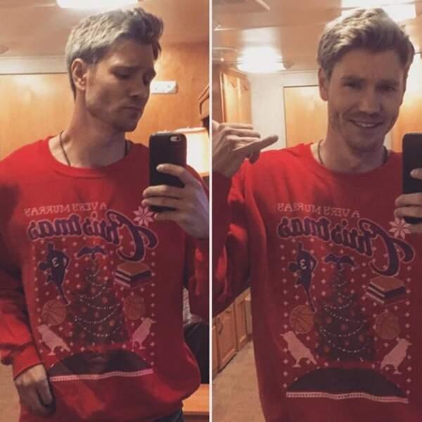 D'ailleurs, côté tenue, il a un faible pour les pulls de Noël
