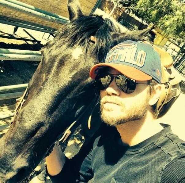 Prendre des selfies avec des chevaux est clairement son dada