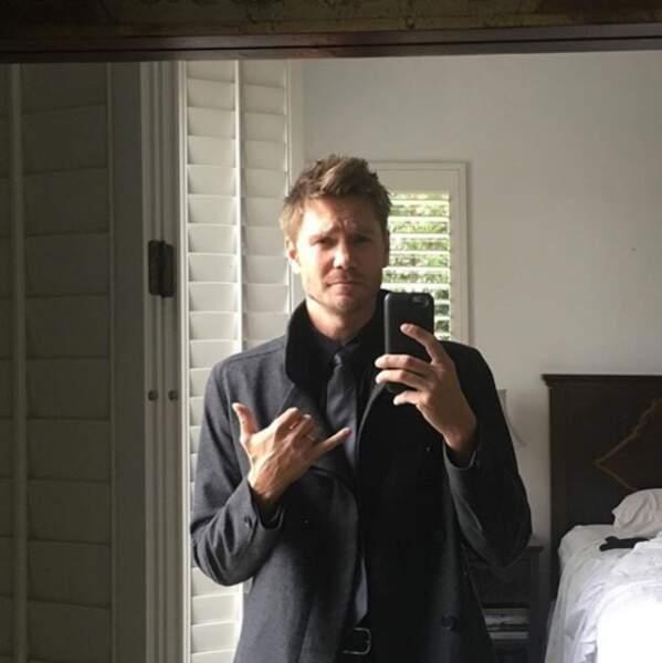 A ses heures perdues, il occupe son temps à prendre des selfies