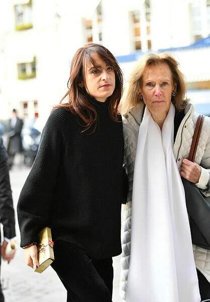 A gauche : l'actrice Thaïs Alessandrin, fille de Lisa Azuelos et petite-fille de Marie Laforêt.