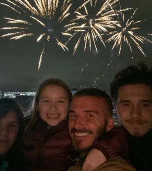 David Beckham et trois de ses enfants ont tourné le dos à un feu d'artifice.