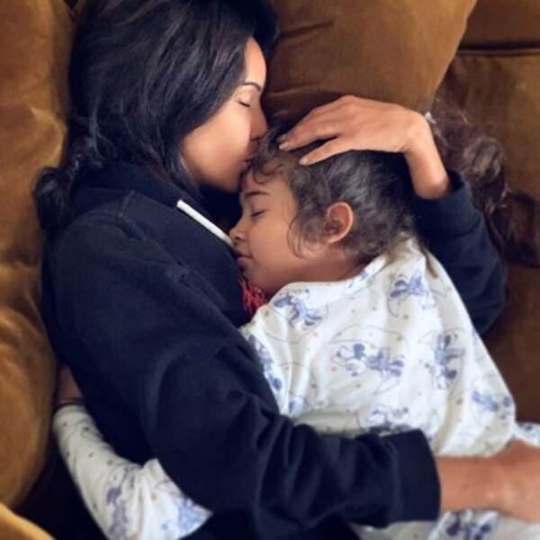 C'était l'heure des câlins chez Sonia Rolland avec sa fille Kahina.