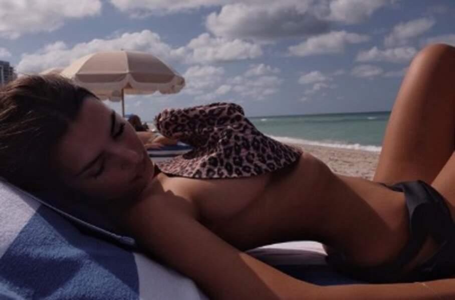 ... mais aussi Emily Ratajkowski, topless mais trop non plus.
