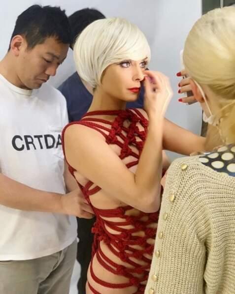 Cordes et perruque courte blonde : voici la nouvelle Clara Morgane, le temps du shooting de son calendrier.