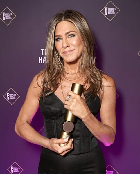 Jennifer Aniston est son Icon Awards lors des E! People's Choice Awards à Los Angeles le 10 novembre 2019