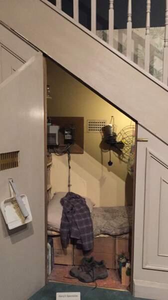 Sa minuscule chambre dans le placard sous l'escalier