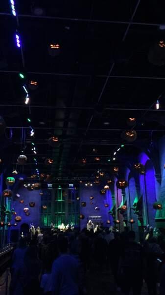 La grande salle décorée pour Halloween