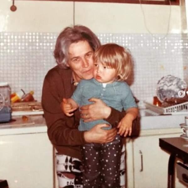 Vous le reconnaissez ? C'est Benjamin Castaldi, avec sa Mamie Paulette.