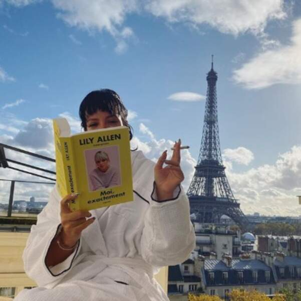 Lily Allen a lu son propre livre à Paris et on aimerait être aussi fier qu'elle quand on fait quelque chose nous aussi.