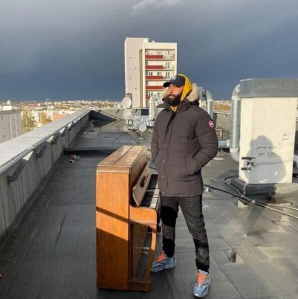 En vrac : on salue la force de la personne ayant réussi à monter ce piano sur le toit.
