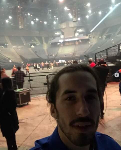 Pendant ce temps-là, Lomepal faisait un selfie dans la fosse avant le début de son propre concert.