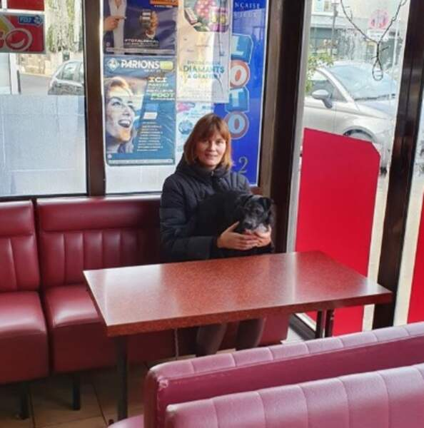 Un bar PMU et un chien : la vie rêvée de Marina Hands.