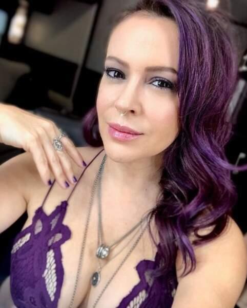 Alyssa Milano voit la vie en violet pour une nouveau rôle.