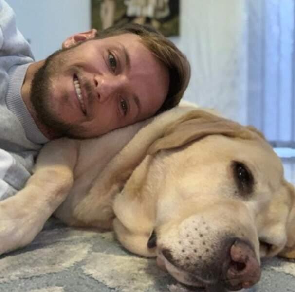 Le footeux Ivan Rakitic a trouvé le plus mignon des oreillers.