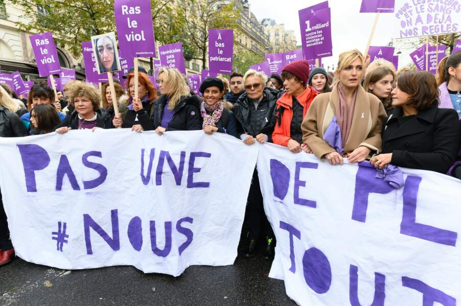 Les stars derrière leur banderole à la marche contre les violences faites aux femmes