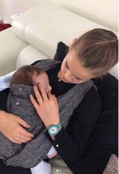 Un petit garçon choyé par sa grande sœur Anna-Rose
