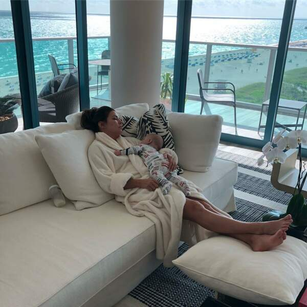 Eva Longoria ne dit pas non pour partager un moment de sieste avec son fils