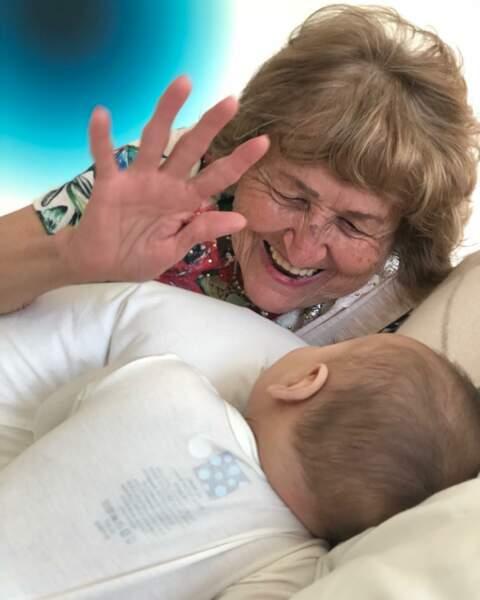 Le petit Santiago est entouré d'amour, y compris celui de sa grand-mère
