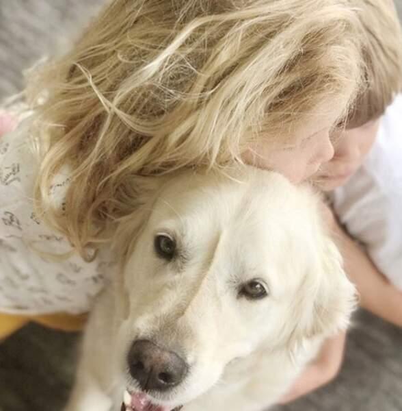 Et elle adore papouiller le chien de la famille