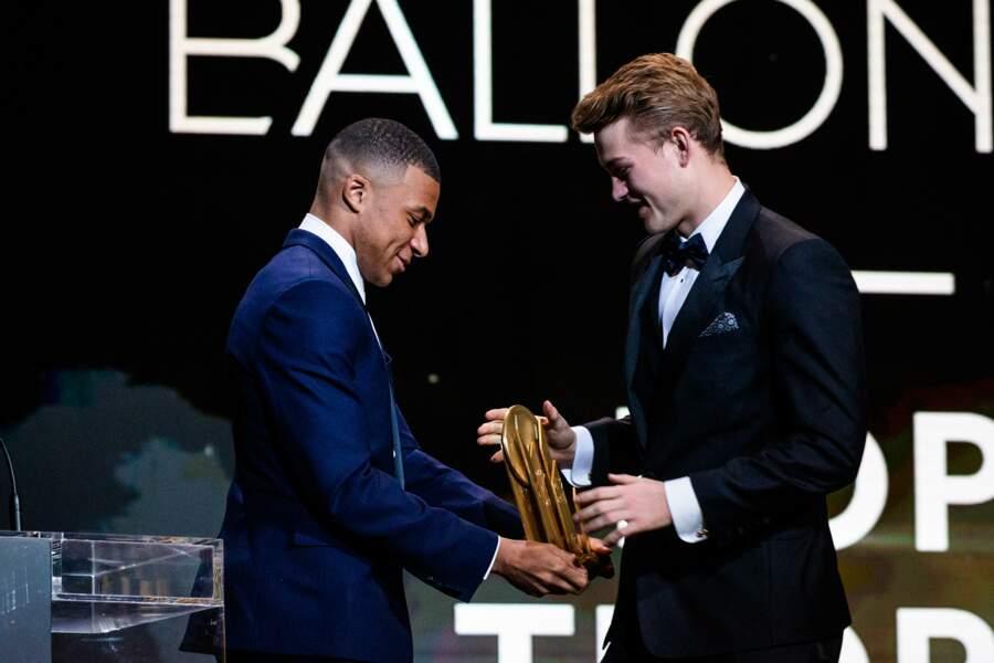 Du côté du meilleur jeune, Kylian Mbappé remet le trophée à Matthijs de Ligt