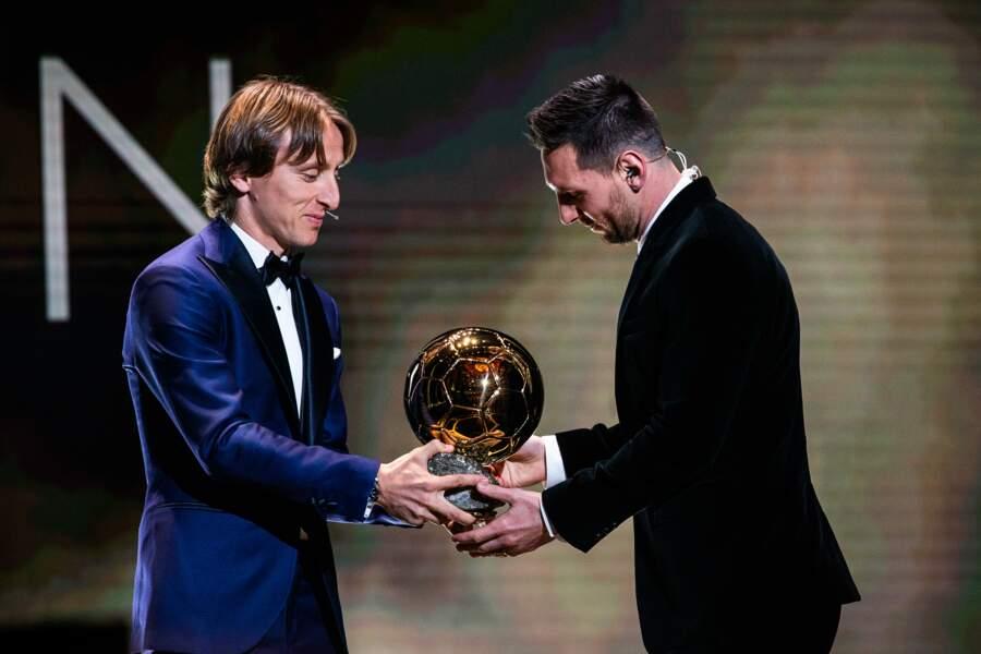 C'est Luka Modric, ancien lauréat qui lui remet le trophée