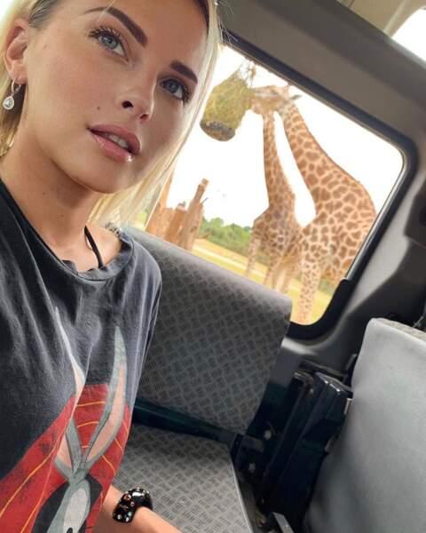Dans une réserve animale... la jeune femme partage toutes ses activités !