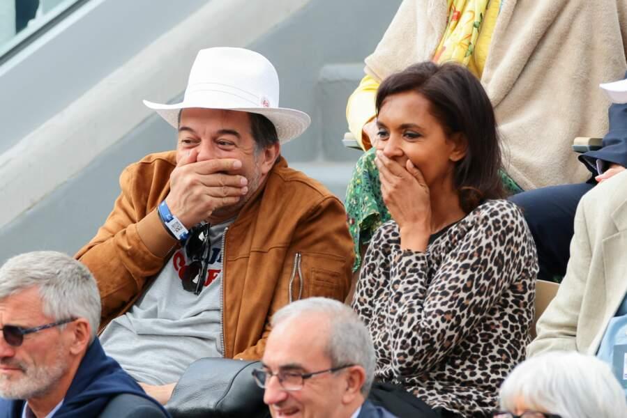 A Roland Garros, Stéphane Plaza et Karine Lemarchand pouffent de rire... mais en silence!