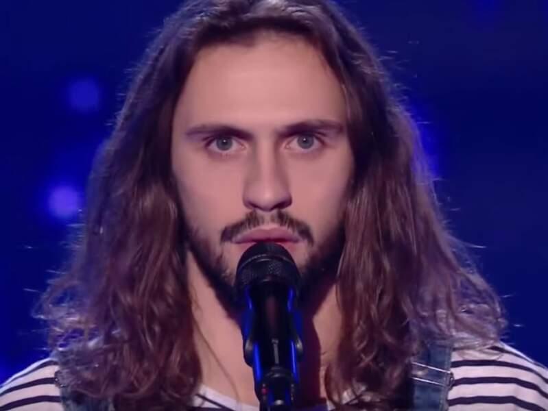 Ce chanteur chevelu n'est autre que Clément, talent de Soprano.