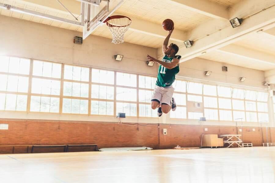 Le beau jeune homme est également passionné de basket