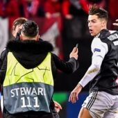 Cristiano Ronaldo : sa réaction surprenante après avoir été agrippé par un fan (VIDEO)