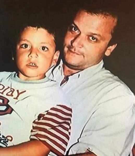 Vous le reconnaissez ? Il s'agit de Kev Adams, ici avec son papa Thierry.