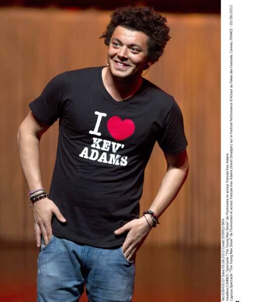 Quelques années plus tard, Kev Adams a toujours le même t-shirt et toujours la même coupe de cheveux, une de ses marques de fabrique.