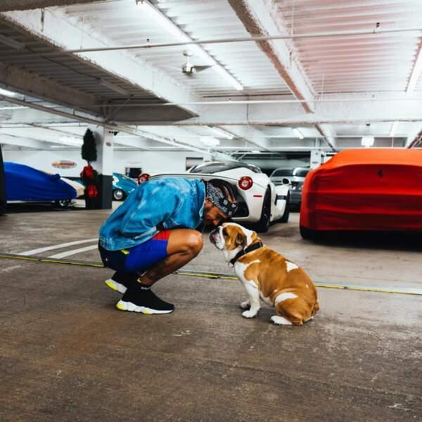 Il a également une passion pour ses chiens