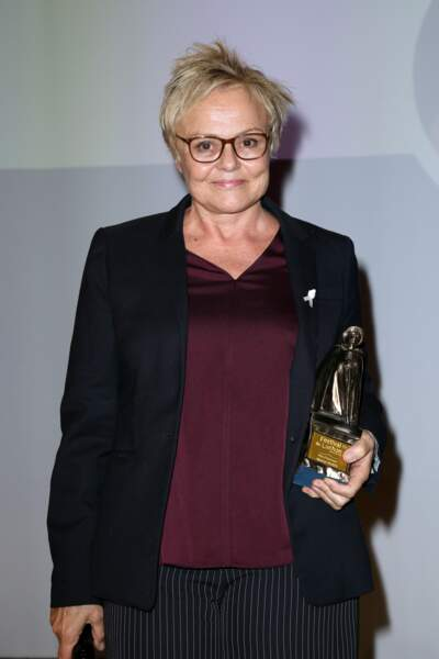 """l'humoriste, très émue ,  reçoit le"""" Pyrénée d'Honneur """"au Festival de Luchon , en février 2019."""