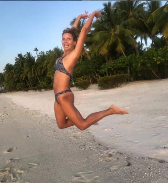 Sylvie Tellier poste de nombreuses photos d'elle en maillot de bain, au bord de la mer