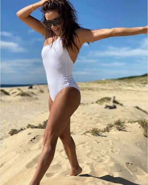 Eva Longoria se balade sur la plage