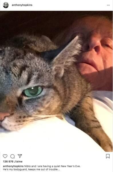 """Anthony Hopkins a réveillonné dans son lit avec son """"garde du corps"""" Niblo"""